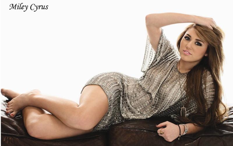 Miley Cyrus pe canapea