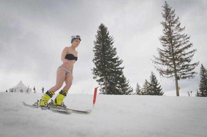 Catwalk pe partie si pornirea unui snowmobil, probele pentru Miss Bikini Arena Platos