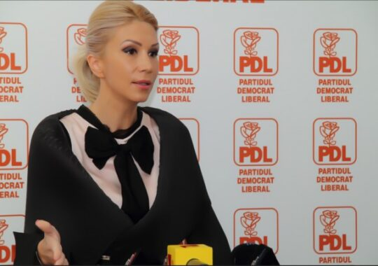 Raluca Turcan sare la Elena Udrea