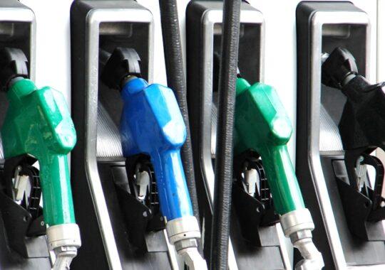 De maine se scumpesc benzina, gazele si tigarile, dar vom vorbi mai ieftin