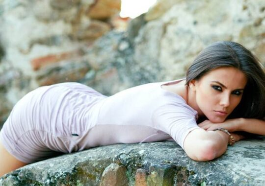 "Iulia Albu despre Nicolle Stanese: ""O femeie frumoasa, dar cu sanii pierduti prin decolteu"". Nicolle: ""Multumesc. Ne revedem fara sani turtiti"""