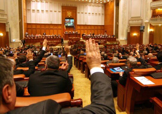 """Parlamentul a votat legea """"Darii in plata"""". Mai trebuie doar semnatura presedintelui Iohannis"""