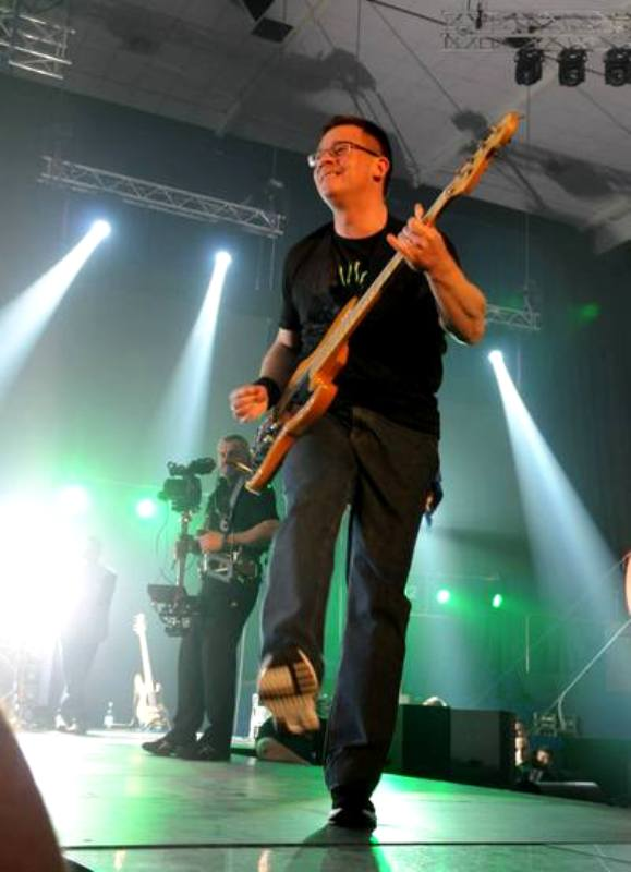 mihai razvan ungureanu cu chitara la concert bere gratis