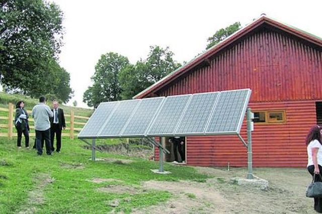 Au trecut vremurile de altadata! Un cioban din Sibiu isi lumineaza stana folosind ENERGIA SOLARA!2