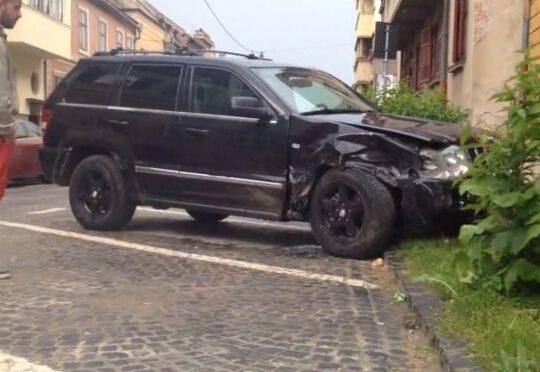 Un sofer baut a facut prapad in centrul Sibiului: A lovit cinci masini parcate regulamentar! VIDEO