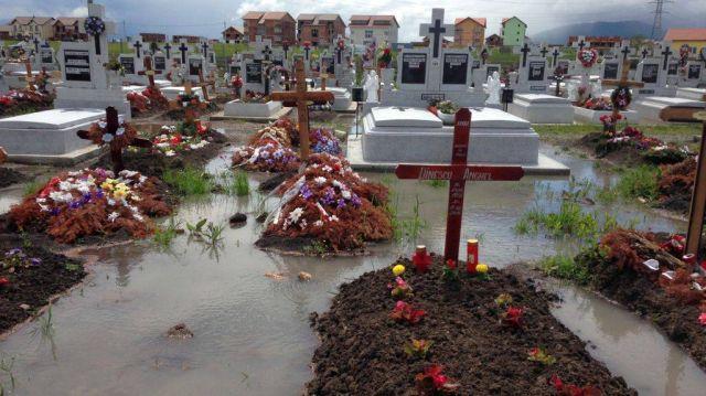 Zeci de morminte din Cimitirul Municipal Sibiu au fost afectate de inundatii!