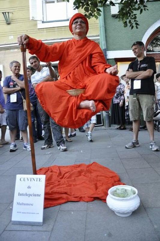 MAGIILE de la Festivalul International de Teatru de la Sibiu Indianul care plutea in aer i-a uimit pe toti trecatorii! FOTO1