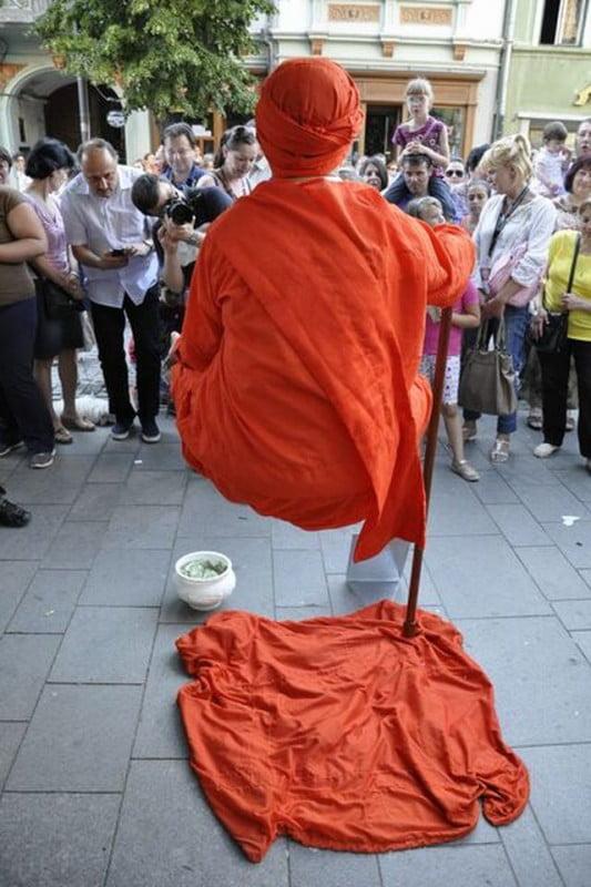 MAGIILE de la Festivalul International de Teatru de la Sibiu Indianul care plutea in aer i-a uimit pe toti trecatorii! FOTO2