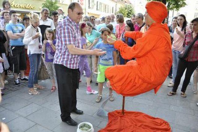 MAGIILE de la Festivalul International de Teatru de la Sibiu: Indianul care plutea in aer i-a uimit pe toti trecatorii! FOTO