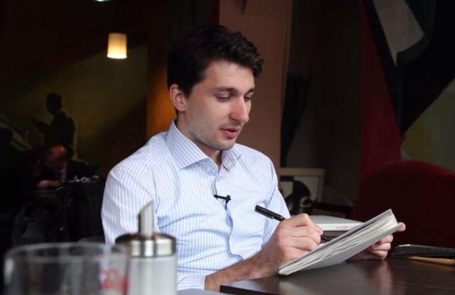 Singurul ROMAN care picteaza masinile cu cafea si-a adus la SIBIU colectia sa impresionanta! VIDEO INTERVIU