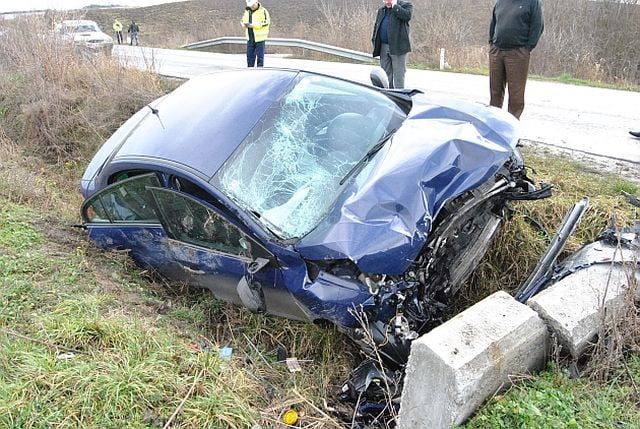ACCIDENT GRAV: Doi morti si un ranit dupa ce masina a intrat intr-un cap de pod in Sibiu!
