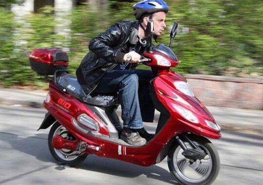 Cu mopedul neinregistrat si fara permis, prin centrul Sibiului!