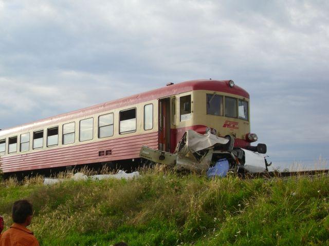 Un tren a lovit un autoturism pe care l-a proiectat intr-o zona verde! Soferul a fugit de la locul accidentului!