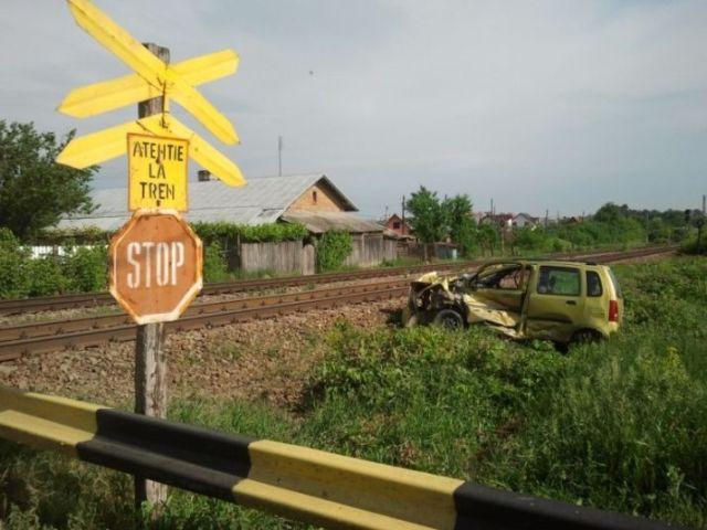 Un tren a lovit un autoturism pe care l-a proiectat intr-o zona verde! Soferul a fugit de la locul accidentului!2