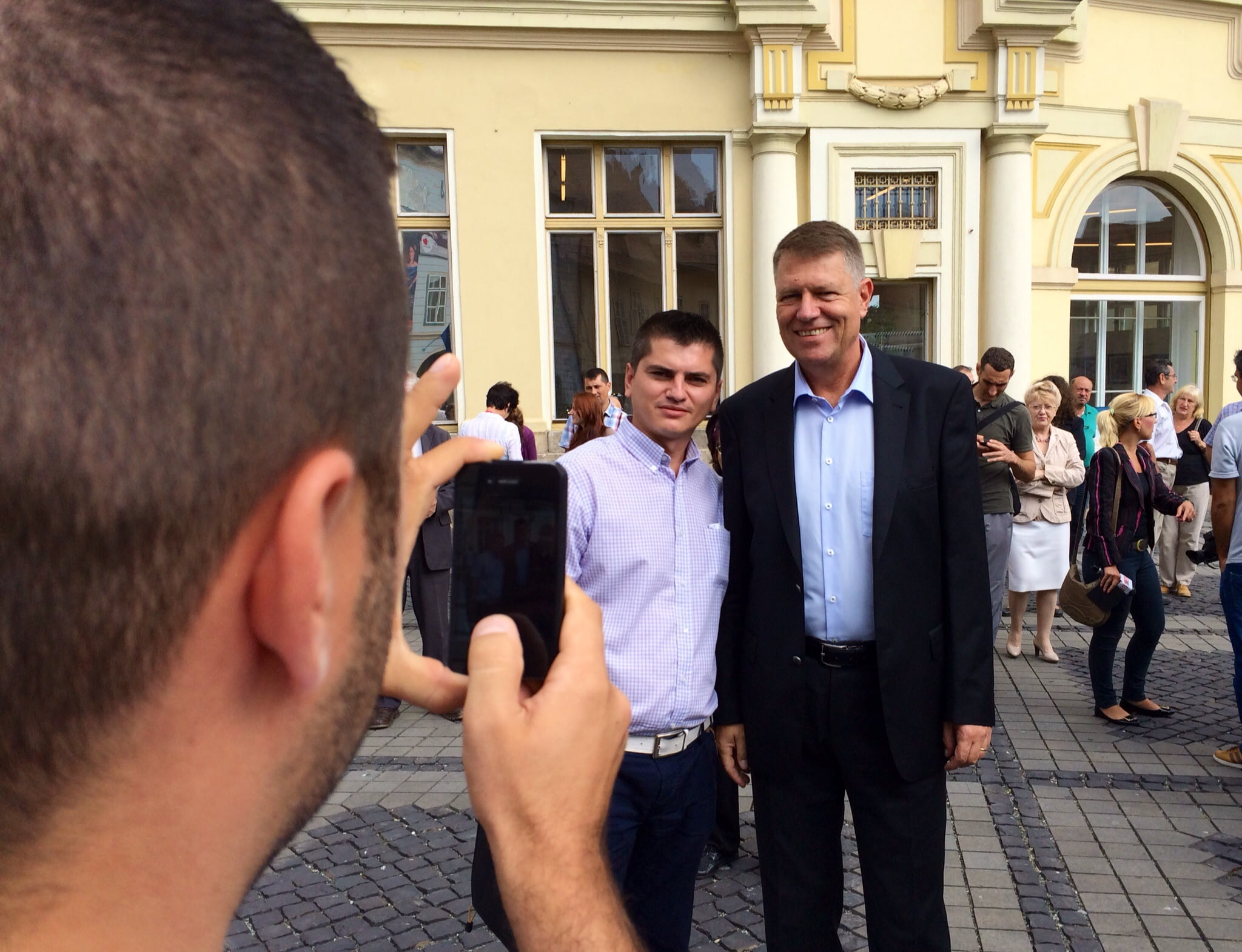 Iohannis face poze in piața mare