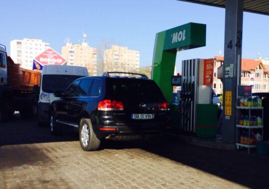 Tupeu de primar! Masina edilului din Selimbar, Dan Maricuta, parcata in pompa, in benzinarie