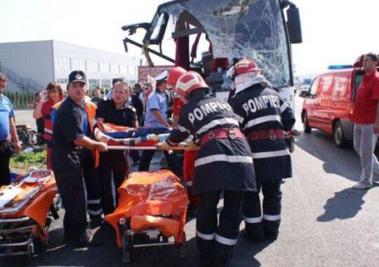 Un AUTOCAR cu 13 pasageri s-a rasturnat in localitatea MOHU! Doi morti si cinci raniti!