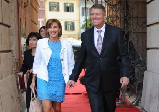 Klaus Iohannis a fost dat in judecata de nevasta sa acum cativa ani! Vezi MOTIVELE!