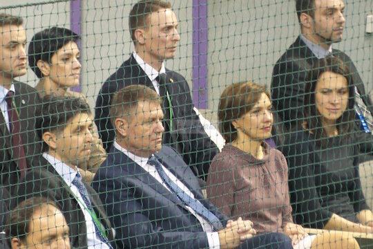Klaus Iohannis, zambitor dupa victoria Romaniei in Cupa Davis, dar un alt personal a atras mai multe priviri decat presedintele