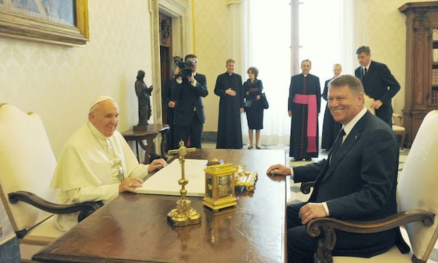 Cat de mult iubeste Iohannis Sibiul! L-a promovat la Vatican, la intalnirea cu Papa Francisc