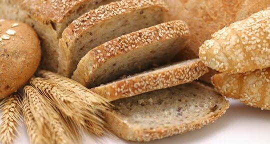 Reteta pentru painea traditionala: faina, apa, drojdie, sare. Ce mancam: zaharuri, grasimi, fulgi de cartofi, guma de guar, guma de xantan