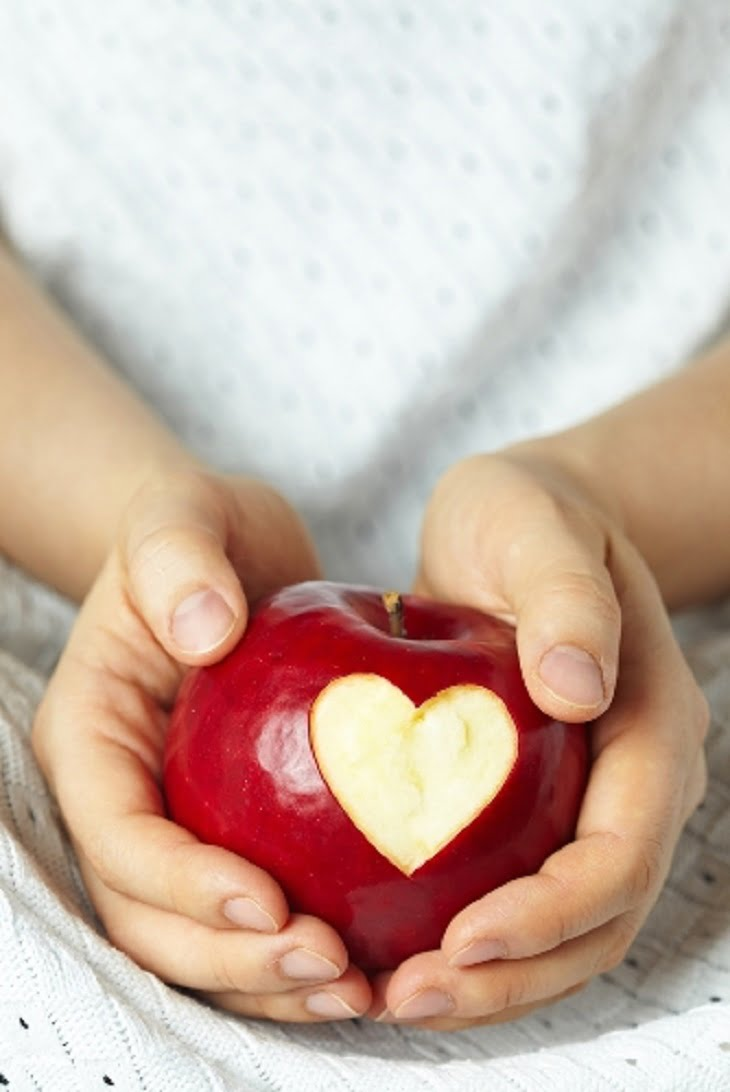 Elevii primesc mere la școală
