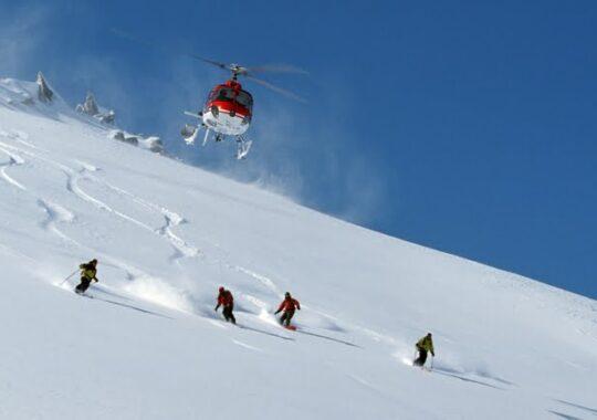De ce vin nemtii si austriecii la heli ski in Muntii Fagaras? E interzis la ei si mai ieftin decat in Islanda