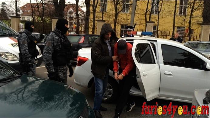 Suspectati ca au spart peste 100 de masini, prinsi de politistii sibieni