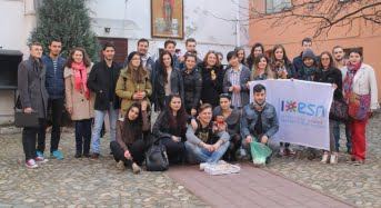 Martisoare pentru batrani de la studentii straini ai ULBS