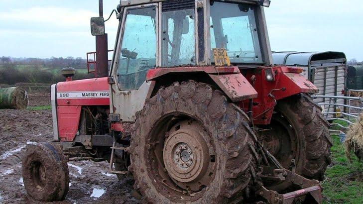 A intrat cu tractorul in stalp. Era beat, fara permis si tractorul neinmatriculat