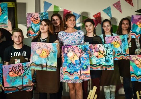 Carmen Iohannis s-a apucat de pictat! Isi va expune tablourile la clasa