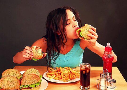 Avem tot mai multi obezi dar mancam nesanatos. Jumatate din localurile din Sibiu sunt fast-food-uri