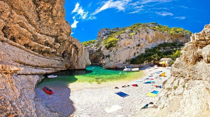 Ti-ar placea un concediu pe cea mai frumoasa plaja din lume? E la doar cateva ore de Romania!