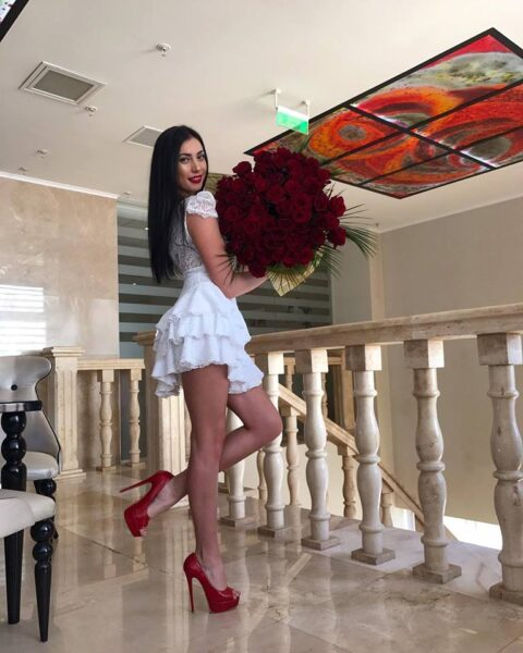 Maria Ioana Hanzu la miss world 2018 - cu trandafiri